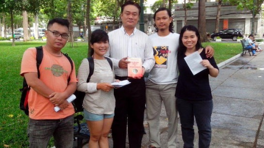 Huy (middle, white shirt) and other bloggers at the picnic, before they were dispersed (Source: Dan Lam Bao)