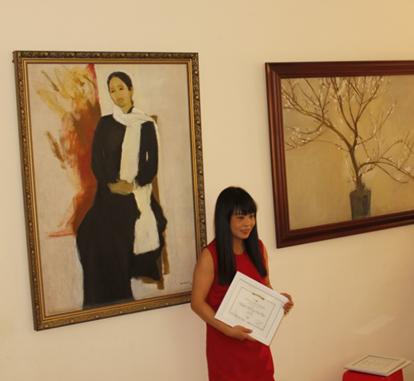 Poet Nguyen Hoang Anh Thu receiving the award