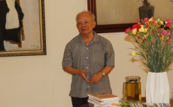 Writer Nguyen Ngoc, Chair of the Committee to Promote the Founding of the League of Independent Vietnamese Writers, at the award ceremony